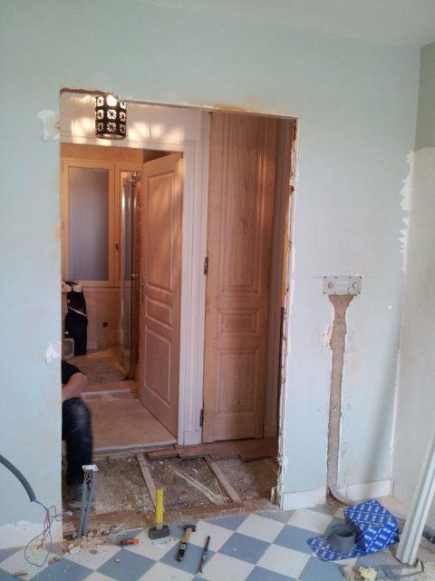 La porte d'entrée est déposée et le trou agrandit pour placer la prochaine porte!