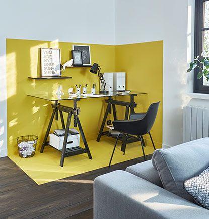 Délimitation en peinture jaune d'un bureau dans un espace de salon