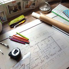 Plan dessiné à la main et tous les outils permettant de le faire.