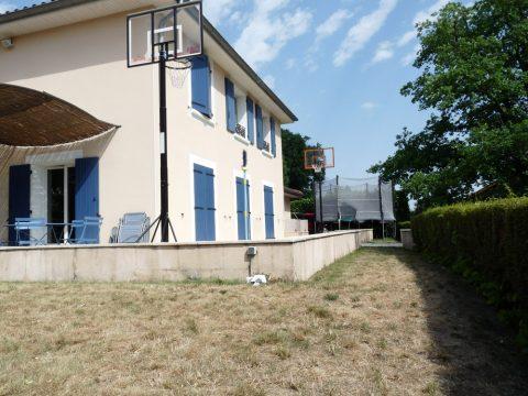 Ce couloir d'herbe sera l'emplacement pour l'agrandissement de la terrasse.