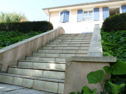 Les dalles de l'escalier étaient très abimées.
