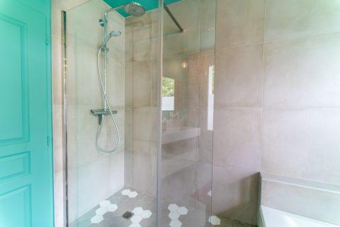 L'étagère à bac a été remplacée par une belle douche.