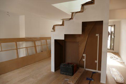 Zoom sur les futurs éléments de cuisine sous l'escalier