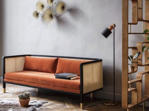 Canapé cannage avec son assise et dossier aux coussins orange
