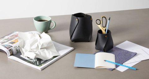 Pots à crayons en cuir et laiton. Collection Nori.