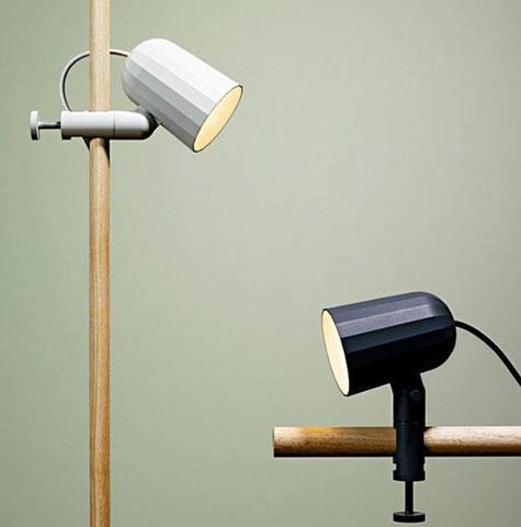 Lampe à pincer blanche ou noire, Design Wrong pour Hay.