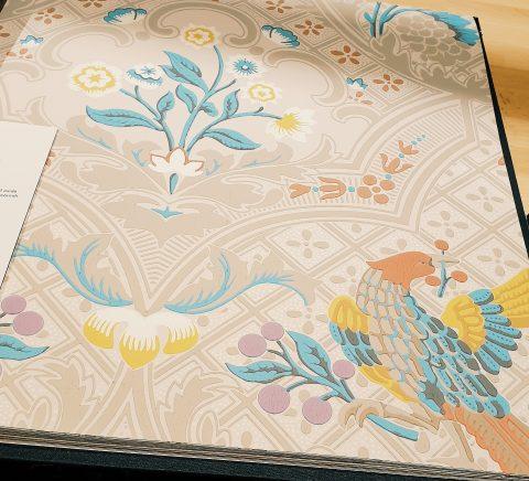 Papier peint de chez Little Greene, le perroquet.
